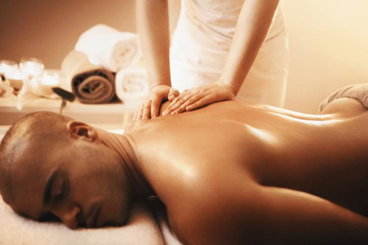 Homme recevant un massage du dos I Ô Pays des Sens